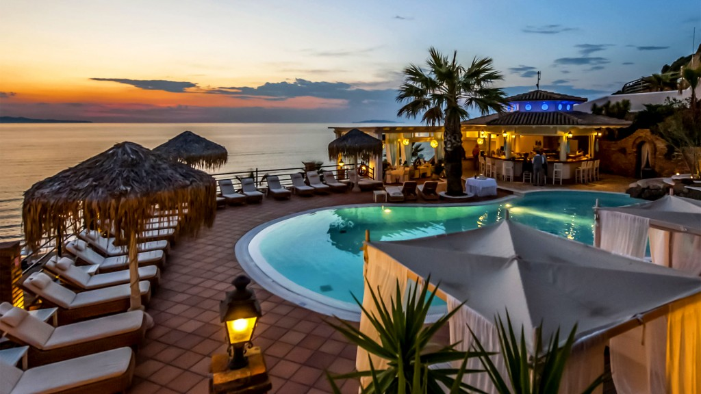 Pool bar delfino blu boutique hotel in corfu greece for La piscine pool bar restaurant